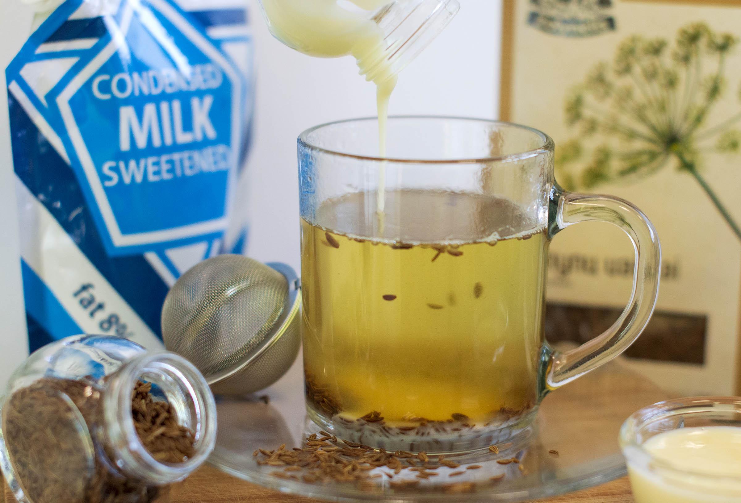 Kmynų arbata su kondensuotu pienu